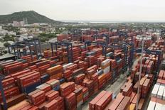 Vista panorámica del puerto de Cartagena, EEUU, mayo 14, 2012. El valor de las exportaciones de Colombia subió un 12,6 por ciento en noviembre a 2.697,5 millones de dólares, frente al mismo mes del año pasado, en una recuperación de los precios pese a la moderación en los volúmenes, informó el jueves el Gobierno.  REUTERS/Joaquin Sarmiento