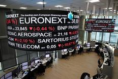 Les Bourses européennes ont fini en léger repli jeudi, sauf Londres, pénalisées par les cycliques et les financières, dans des marchés creux, dominés par des prises de profits et des ajustements de positions en vue de la nouvelle année. À Paris, le CAC 40 a terminé en repli de 0,2% (9,54 points) à 4.838,47. Le Footsie britannique a gagné 0,2%, et le Dax allemand a perdu 0,21%. /Photo prise le 14 décembre 2016/REUTERS/Benoit Tessier