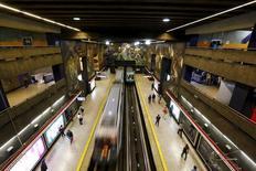 Imagen de archivo de una estación del tren subterráneo de Santiago, sep 2, 2015. El Gobierno chileno aprobó el jueves un aumento de capital de unos 350.000 millones de pesos (unos 525 millones de dólares) en el tren subterráneo de Santiago, recursos que la firma estatal destinará a un ambiciosos plan de expansión de su red.  REUTERS/Ivan Alvarado