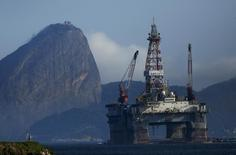 Plataforma de petróleo na Baía da Guanabara. 20/04/2015. REUTERS/Pilar Olivares