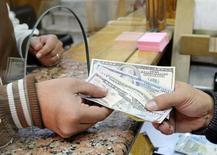 Cliente troca notas de dólar em casa de câmbio no Cairo, Egito 27/12/2016 REUTERS/Mohamed Abd El Ghany