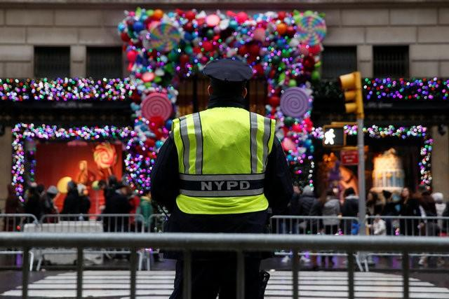 A member of the New York Police Department stands watch outside Saks Fifth Avenue on Christmas Eve in Manhattan, New York City, U.S., December 24, 2016. REUTERS/Andrew Kelly