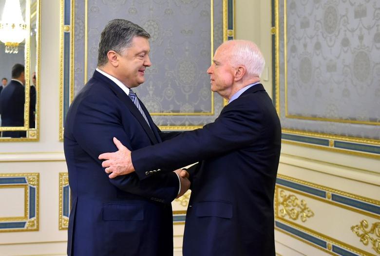 Ukrainian President Petro Poroshenko (L) greets U.S. Senator John McCain during a meeting in Kiev, Ukraine, December 30, 2016.  Mykola Lazarenko/Ukrainian Presidential Press Service/Handout via REUTERS