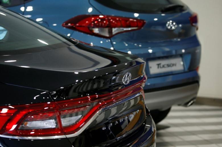 Hyundai Motor's sport utility vehicle (SUV) Tucson and sedan Granduer (black) are seen at its dealership in Seoul, South Korea, December 15, 2016. Picture taken December 15, 2016.   REUTERS/Kim Hong-Ji