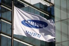 Samsung Electronics va annoncer ce mois-ci les résultats d'une enquête sur les raisons pour lesquelles certains de ses smartphones Galaxy Note 7 ont pris feu. Le géant sud-coréen a annnoncé en octobre qu'il examinerait tous les aspects de l'appareil, laissant entendre que plusieurs facteurs ont pu contribuer à son dysfonctionnement. /Photo d'archives/REUTERS/Kim Hong-Ji