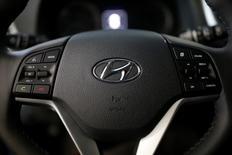 El logo de Hyundai se puede ver en el volante en una automora en Seúl, Corea del Sur.15 de diciembre 2016.Hyundai Motor y su filial Kia Motors pronosticaron el lunes que sus ventas mundiales rebotarán un 5 por ciento en el 2017, luego de reportar en el 2016 su primera caída anual de ventas en casi dos décadas. REUTERS/Kim Hong-Ji