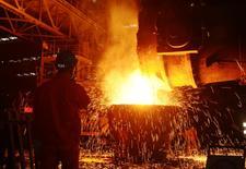 Un empleado trabaja con acero en una fábrica en Dalian, provincia de Liaoning, China. 27 de junio 2016. El sector manufacturero chino se expandió a un ritmo más débil de lo esperado en diciembre, con un crecimiento desacelerado con relación al mes previo.  REUTERS/Stringer