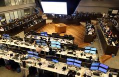 Imagen de archivo, operadores trabajando en la Bolsa de Valores de Sao Paulo, Mayo 24, 2016.El principal índice accionario de Brasil bajaba más de 1 por ciento el lunes, en la primera sesión del año, ante ajustes por movimientos de ADR que se produjeron el viernes cuando Nueva York operó pero la bolsa paulista estuvo cerrada.  REUTERS/Paulo Whitaker