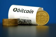 Un ejemplo de la foto muestra el Bitcoin (moneda virtual) en La Maison de Bitcoin en París, Francia. 27 de mayo 2015.  La moneda digital bitcoin inició el nuevo año trepando por encima de los 1.000 dólares por primera vez en tres años, luego de haber superado en desempeño a todas las divisas emitidas por bancos centrales con un ascenso de 125 por ciento en 2016.REUTERS/Benoit Tessier/File Photo