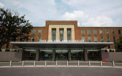 La sede de la Administración de Alimentos y Medicamentos de Estados Unidos en Silver Spring, ago 4, 2012. El año pasado resultó ser decepcionante para los nuevos medicamentos en la Administración de Alimentos y Medicamentos de Estados Unidos (FDA, por su sigla en inglés), con apenas 22 fármacos aprobados para la venta, la cifra más baja desde el 2010 y bastante menos que los 45 del 2015.   REUTERS/Jason Reed/File Photo