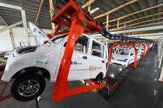 La actividad manufacturera de China repuntó más de lo esperado en diciembre, debido a una aceleración de la demanda, y la producción alcanzó un máximo de seis años, mostró el martes un sondeo privado, dando al sector fabril un sólido impulso de cara a 2017. En la imagen, empleados trabajan en la línea de producción de un coche eléctrico en Weifang, provincia de Shandong, China, el 1 de diciembre de 2016. China Daily/via REUTERS