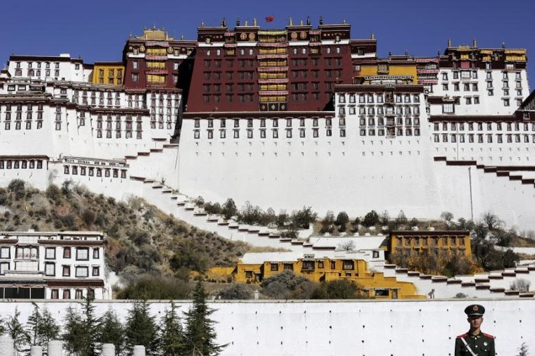 A paramilitary policeman stands guard in front of the Potala Palace in Lhasa, Tibet Autonomous Region, China November 17, 2015. REUTERS/Damir Sagolj