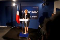 """Los países de la zona euro deberían prescindir de la moneda única y volver a la estructura de una """"moneda común"""", dijo el miércoles la líder del ultraderechista Frente Nacional francés, Marine Le Pen, evocando el sistema monetario ECU que existió con anterioridad. En la imagen, Marine Le Pen, durante su rueda de prensa de inicio de año en la sede de su partido en París, el 4 de enero de 2017. REUTERS/Charles Platiau"""