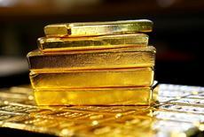 Barras de oro se ven en la planta separadora de oro y de plata 'Oegussa' en Viena, Austria. 18 de marzo 2016.El oro subía el miércoles y tocó máximos en casi cuatro semanas ante el retroceso del dólar desde su mayor nivel en 14 años registrado en la sesión previa y un incremento de la demanda física en China e India. REUTERS/Leonhard Foeger/File Photo   - RTX2ST2H