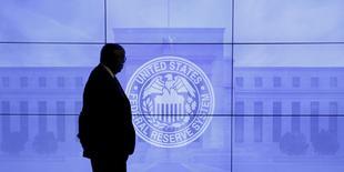 Segurança caminha em frente a imagem do Fed, o banco central norte-americano em Washington, DC, nos Estados Unidos  16/03/2016 REUTERS/Kevin Lamarque/File Photo