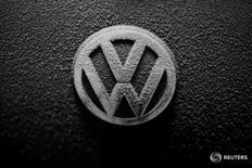 Volkswagen et son ex-président du directoire, Martin Winterkorn, devront se défendre devant un tribunal californien dans le cadre du scandale des émissions polluantes, après le lancement d'actions en justice par des investisseurs américains. /Photo prise le 17 décembre 2016/REUTERS/Kacper Pempel