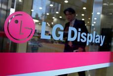 Le sud-coréen LG Display a annoncé discuter avec son compatriote Samsung Electronics d'un accord sur la fourniture de dalles LCD pour écrans de télévision. Les termes de l'accord n'ont pas été décidés. /Photo d'archives/REUTERS/Jo Yong-Hak