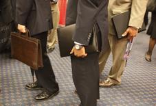 Asistentes a la feria de trabajo en Washingotn llevan sus currículums. 6 de agosto 2009. Los empleadores privados de Estados Unidos sumaron 153.000 empleos en diciembre, menos que lo previsto por economistas, mostró un informe de una procesadora de nóminas publicado el jueves. REUTERS/Jason Reed