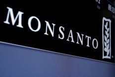 Le géant américain des semences et des produits agrochimiques Monsanto, qui est en cours de rachat par le groupe chimique allemand Bayer pour 66 milliards de dollars (62,7 milliards d'euros), a renoué avec les bénéfices au premier trimestre, grâce à une demande soutenue en Amérique du Sud. /Photo d'archives/REUTERS/Brendan McDermid