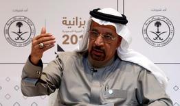 El ministro de Energía de Arabia Saudita, Khalid al-Falih, en una rueda de prensa en Riad, dic 22, 2016. Arabia Saudita recortó la producción de petróleo en enero en al menos 486.000 barriles por día a 10,058 millones de bpd, implementando completamente el acuerdo de la OPEP para reducir el bombeo, según una fuente del Golfo Pérsico familiarizada con la política sobre crudo del reino.  REUTERS/Faisal Al Nasser