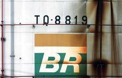 Foto de archivo del logo de Petrobras en un tanque en Sao Caetano do Sul, Brasil. Sep 28, 2016. La petrolera brasileña Petrobras incrementó los precios del diésel en las refinerías en un 6,1 por ciento en promedio, con efecto inmediato, citando los mayores valores del petróleo y la fortaleza del real, dijo la empresa el jueves en un comunicado. REUTERS/Paulo Whitaker