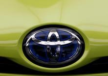 """El Gobierno japonés defendió el viernes a Toyota Motor Corp como un """"ciudadano corporativo importante"""" de Estados Unidos, después de que el presidente electo Donald Trump amenazó a la empresa con un fuerte arancel si fabrica sus modelos Corolla para el mercado estadounidense en una planta en México. En la imagen, el logo de Toyota en un coche en Tokio, en Japón, el 8 de noviembre de 2016. REUTERS/Kim Kyung-Hoon"""