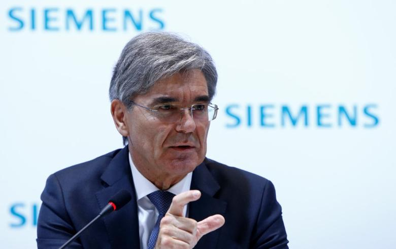 Siemens CEO Joe Kaeser gestures during the annual news conference in Munich, Germany November 10, 2016. REUTERS/Michaela Rehle