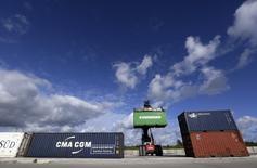 Containers son vistos en el puerto de Mariel, provincia de Artemisa, Cuba. 5 de enero 2016. Cuba anunció un acuerdo histórico el jueves para vender carbón vegetal a una empresa de Estados Unidos, la primera exportación cubana legal a ese país en cinco décadas, como parte del frágil acercamiento entre los antiguos enemigos de la Guerra Fría. REUTERS/Enrique de la Osa
