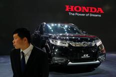 Un guardia frente al Honda Avancier SUV  después de que fue presentado en el show de autos en Pekín, China. 25 de abril 2016.Las principales automotrices del mundo reportaron un fuerte aumento de las ventas en China el año pasado, debido a que los consumidores se apresuraron para aprovechar un recorte de impuestos sobre los vehículos de motores pequeños. REUTERS/Kim Kyung-Hoon/File Photo