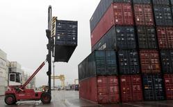 Le déficit commercial américain s'est creusé en novembre, pour un deuxième mois consécutif, les importations atteignant leur plus haut niveau depuis plus d'un an en raison de la hausse des prix du pétrole. /Photo d'archives/REUTERS/Paulo Prada
