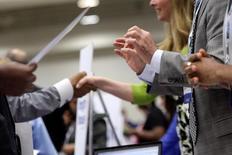 El empleo en Estados Unidos aumentó menos de lo previsto en diciembre, pero un repunte de los salarios apuntó a un impulso sostenido del mercado laboral que abre la puerta a un crecimiento más sólido de la economía y a nuevas subidas de los tipos de interés por parte de la Reserva Federal en este año. En la foto de archivo, empresarios y personas que buscan empleo en una feria organizada en Washington el 11 de junio de 2013. REUTERS/Jonathan Ernst/File Photo