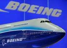 Une maquette de Boeing 747. Le constructeur a raté de 80 avions son objectif de nouvelles commandes en 2016, mais cela ne devrait pas empêcher l'avionneur américain de conserver son titre de premier fabricant mondial en termes de livraisons pour la cinquième année consécutive. /Photo d'archives/REUTERS/Bobby Yip