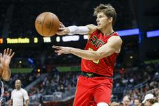 Jan 1, 2017; Atlanta, GA, USA; Atlanta Hawks guard Kyle Korver (26) passes against the San Antonio Spurs in the first quarter at Philips Arena. Mandatory Credit: Brett Davis-USA TODAY Sports