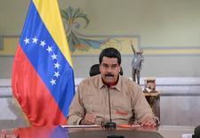 Imagen de archivo del presidente de Venezuela, Nicolas Maduro, mientras habla en el Palacio de Miraflores en Caracas, Venezuela, Diciembre 17, 2016. Maduro, anunció el domingo el quinto aumento del salario mínimo en un año, buscando proteger a los trabajadores de una inflación que, según cálculos de organismos multilaterales, es la más alta del mundo. ATENCIÓN EDITORES, ESTA FOTOGRAFÍA FUE ENTREGADA POR UN TERCERO. SÓLO PARA USO EDITORIAL.