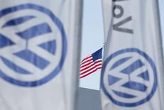 Una bandera estadounidense flamea junto a las banderas con el logo de Volkswagen en San Diego, California, Estados Unidos. 23 de septiembre 2015. La Oficina Federal de Investigaciones (FBI) arrestó a un ejecutivo de la automotriz alemana Volkswagen AG por cargos de conspiración para cometer fraude en Estados Unidos, informó el lunes el diario The New York Times. REUTERS/Mike Blake/File Photo