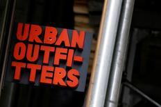 Urban Outfitters, à suivre à Wall Street. La chaîne de prêt-à-porter a déçu les analystes avec l'annonce d'une hausse de 3% de ses ventes sur les deux mois de novembre et décembre. L'action perd 4,8% à 26,10 dollars en avant-Bourse. /Photo d'archives/REUTERS/Brendan McDermid