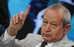 El multimillonario egipcio, Naguib Sawiris, presidente de Orascom TMT Holding, habla durante la Conferencia de Desarrollo Económico de Egipto (EEDC) en Sharm el-Sheikh, en el Sur de Sinaí, Egipto. 14 de marzo 2015. El multimillonario egipcio Naguib Sawiris viajará a Brasil en dos semanas para intentar convencer al Gobierno de que su oferta es la mejor opción para rescatar a Oi SA, la compañía telefónica que opera bajo protección de bancarrota, aseguró al diario Folha de S.Paulo. REUTERS/Amr Abdallah Dalsh
