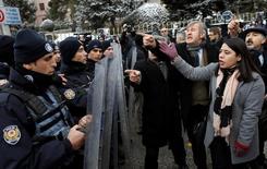 Polícia turca bloqueia rua para impedir passagem de manifestantes em direção ao Parlamento, em Ancara 09/01/2017 REUTERS/Umit Bektas