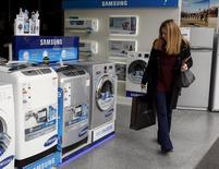 Una mujer mirando lavadoras en una tienda de equipamientos en Buenos Aires, jun 22, 2015. Los precios minoristas de Argentina habrían subido en promedio un 1,4 por ciento en diciembre, afectados principalmente por el incremento en rubros tales como 'Esparcimiento', según un sondeo de Reuters publicado el lunes, el que arrojó una inflación de un 40 por ciento en 2016.    REUTERS/Agustin Marcarian