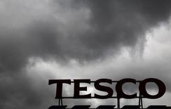 Tesco a dit lundi avoir proposé une réorganisation de son réseau de centres de distribution qui se traduira par la perte nette de 500 emplois. /Photo d'archives/REUTERS/Luke MacGregor