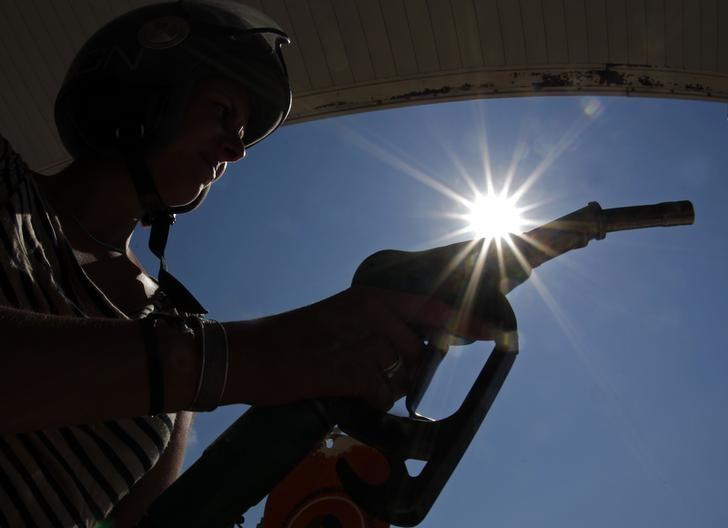 A customer uses a petrol nozzle in a gas station in Nice August 8, 2012.  REUTERS/Eric Gaillard