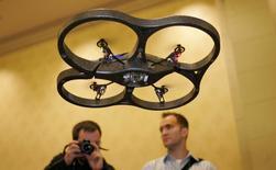 AR.Drone, un des modèles de drones produits par Parrot. La société, qui est à suivre mardi à la Bourse de Paris, a lancé lundi un avertissement sur ses résultats pour le quatrième trimestre 2016 et a engagé dans le même temps un plan de réorganisation de ses activités dans les drones pour le grand public, ce qui se traduira par une réduction de plus d'un tiers de ses effectifs. /Photo d'archives/REUTERS/Steve Marcus