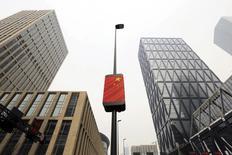 Le quartier d'affaires Yujiapu à Tianjin en Chine. La Chine a fait part mardi de sa détermination à contenir le niveau d'endettement élevé des entreprises du pays, tout en réduisant encore davantage les capacités de production excédentaires dans le charbon et l'acier, Pékin voulant ainsi parvenir à une croissance économique plus équilibrée et éviter des bulles spéculatives d'actifs. /Photo d'archives/REUTERS/Jason Lee