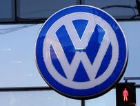El logo de la compañía de autos alemana Volskwagen en un garage fuera de Viena, Austria. 29 de septiembre 2016.  Las ventas del Grupo Volkswagen saltaron un 12 por ciento en diciembre hasta alcanzar el récord anual de 10,3 millones de vehículos, dijo el martes la compañía alemana, a pesar de verse impactada por el escándalo de emisiones de sus autos a diésel. REUTERS/Leonhard Foeger