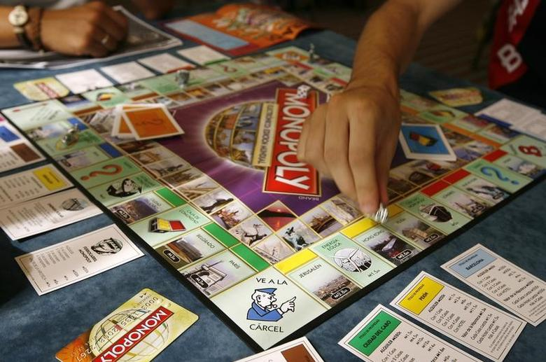 Players participate in a world record attempt by Monopoly enthusiasts across the world to set a Guinness world record for the largest simultaneous game of Monopoly, at a hotel in Madrid, August 27, 2008. REUTERS/Paul Hanna
