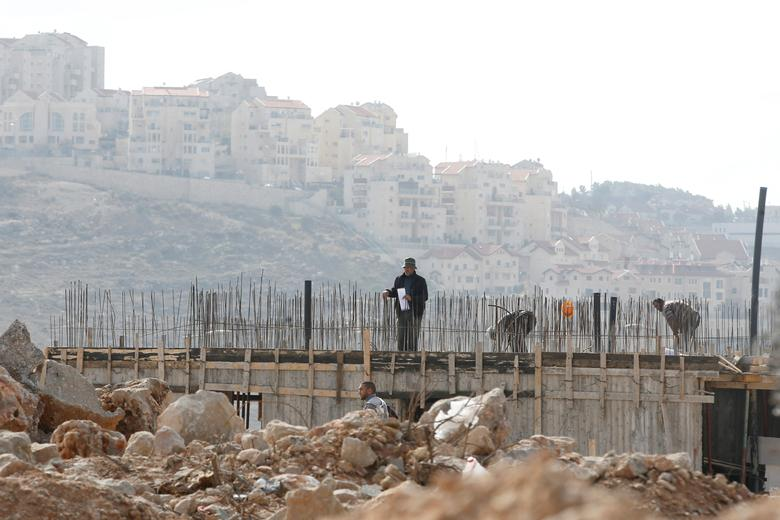 Palestinian labourers work at a construction site in the Israeli settlement of Efrat, in the occupied West Bank, December 29, 2016. REUTERS/Baz Ratner