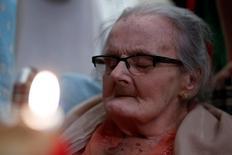 Clare Hollingworth, una reportera novata que trabajaba para un periódico británico cuando dio la primicia en 1939 de que había comenzado la Segunda Guerra Mundial, murió en Hong Kong a los 105 años, dijo el martes a Reuters una amiga cercana. En la imagen, Hollingworth celebra su centésimo quinto cumpleaños en Hong Kong el 10 de octubre de 2016.  REUTERS/Bobby Yip