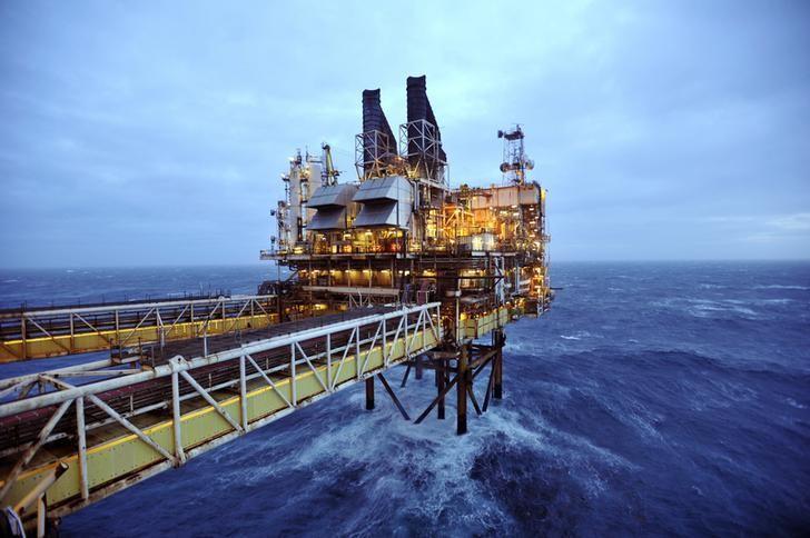 图为2014年2月资料图片,显示北海的一处石油平台。REUTERS/Andy Buchanan