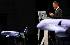 Fabrice Brégier, directeur général délégué du groupe Airbus. La société a accru de 8% ses livraisons l'an dernier, dépassant ainsi ses propres prévisions et enregistrant un nouveau record, et a dépassé son grand rival Boeing en termes de commandes grâce à une série de contrats conclus en toute fin d'année. /Photo prise le 11 janvier 2017/REUTERS/Régis Duvignau