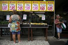 Mulher observa preços em mercado do Rio de Janeiro.  Em dezembro, o grupo Alimentação e bebidas foi o destaque na pressão de alta, segundo o IBGE, passando a subir 0,08 por cento no mês contra queda de 0,20 por cento em novembro.  21/01/2016 REUTERS/Pilar Olivares